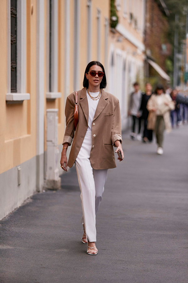The pants of choice in spring, of course, are refreshing and versatile white trousers